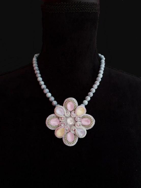 Solal Bijoux Haute Fantaisie collier aimanté en perles de howlite turquoise pâle et bijou nomade pastel vert jaune rose et bleu