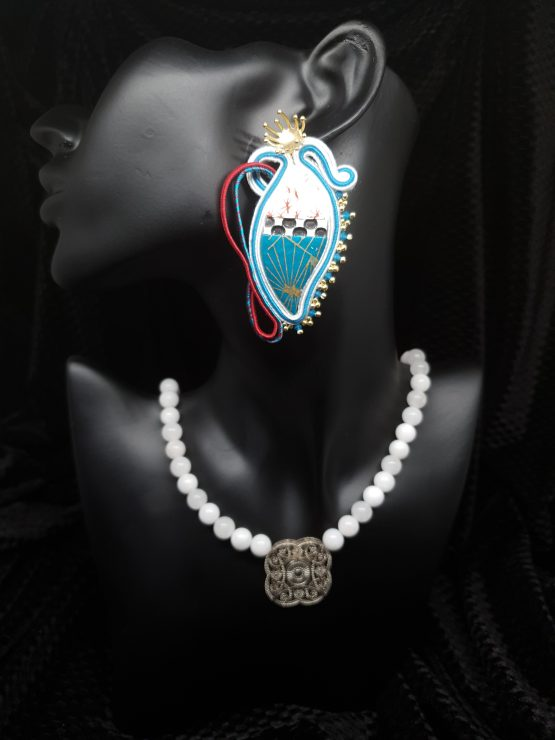 Solal Bijoux Haute Fantaisie Boucles d'oreilles bleu rouge et blanc avec collier en perles de jade blanc