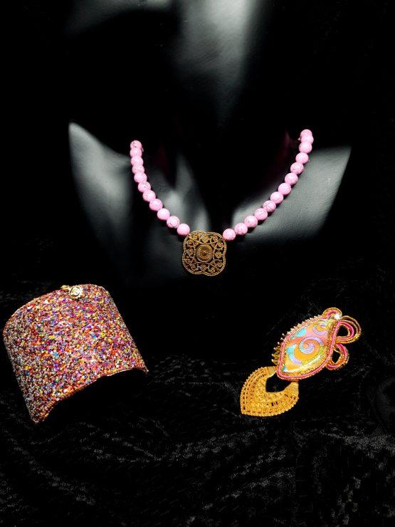 Solal Bijoux Haute Fantaisie bijou nomade orange rose et or avec collier aimanté et manchette