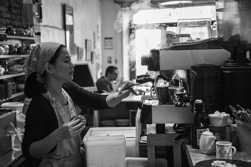 Tomoko au Solaneko - Cantine japonaise et salon de thé à Toulouse ©louisderigon