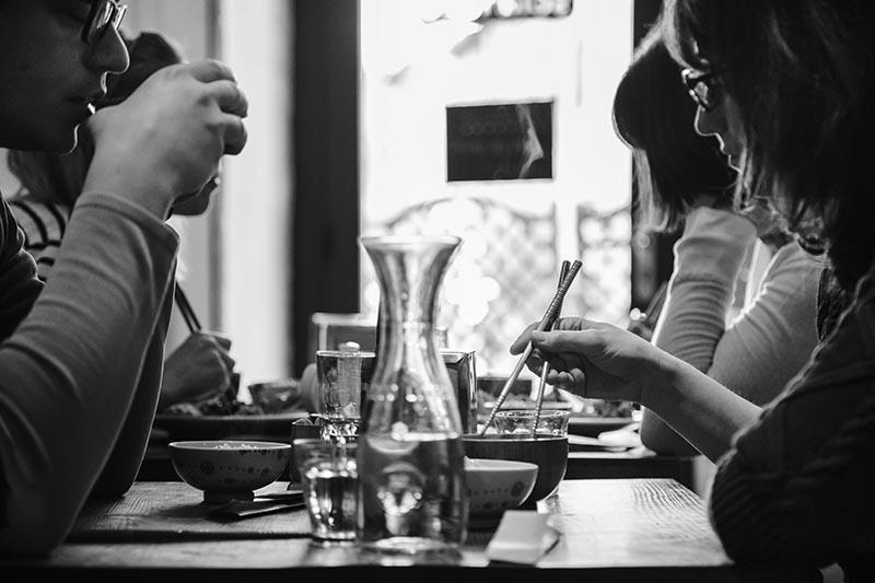 Des clients déjeunent au Solaneko - Cantine japonaise et salon de thé à Toulouse ©louisderigon
