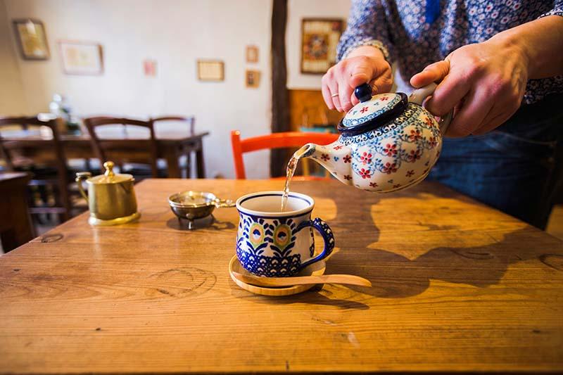 Une cliente se sert un thé-Solaneko-salon de thé à Toulouse ©louisderigon