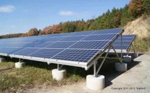 京セラの多結晶シリコン太陽光発電パネルのアレイ@津山メガソーラー