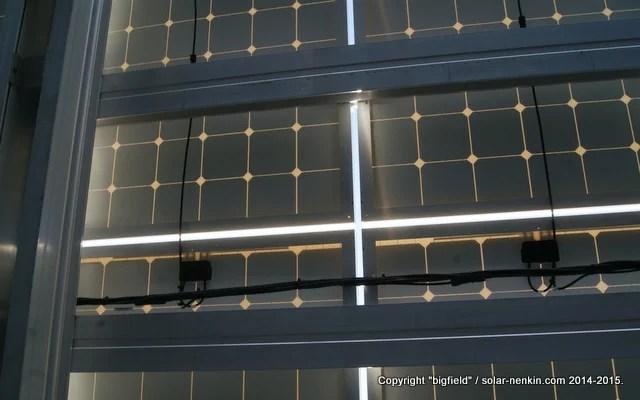 ソーラーパネルの間のすき間(約2cm)