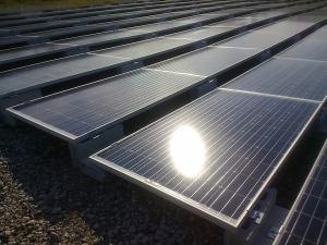 置き基礎架台の太陽光発電システム施工事例(写真提供:「風の谷太陽光発電所」・Nさん)
