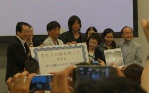 菅直人首相(当時)らと共に撮影に応じる孫社長(2011年6月)