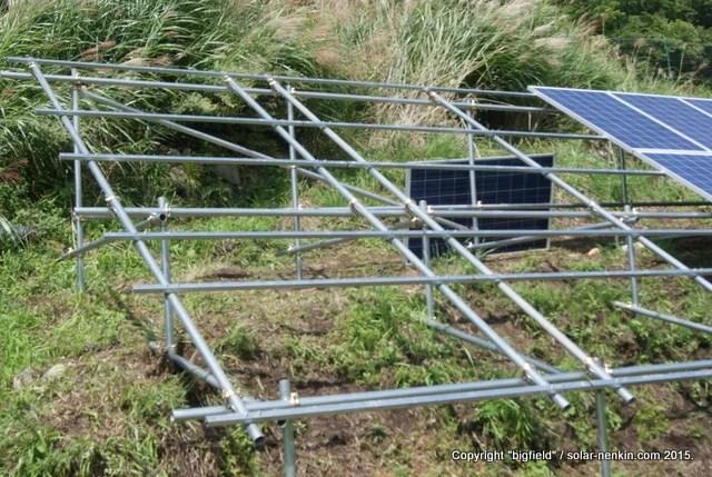ソーラーパネルを設置中の単管パイプ架台