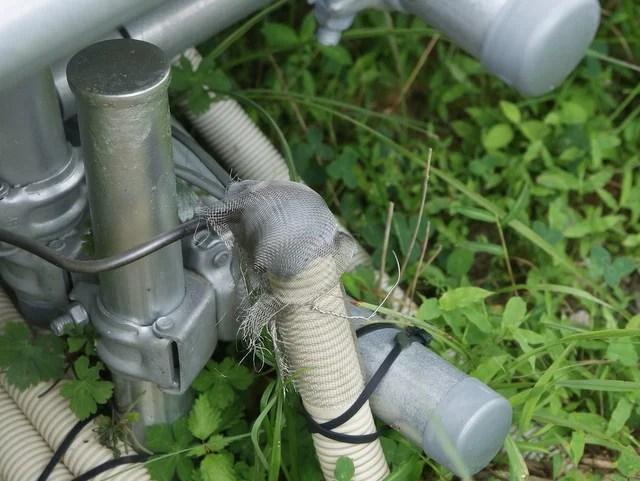 動物にかじられないよう金属製の網を被せたCD管