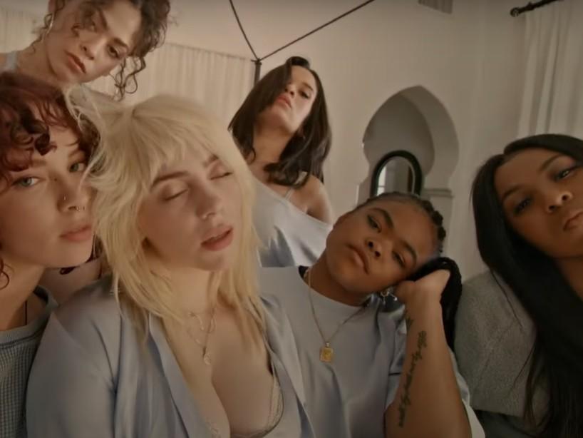 Billie Eilish lanza 'Lost Cause' y aparece en una pijamada fuera de control con sus amigas