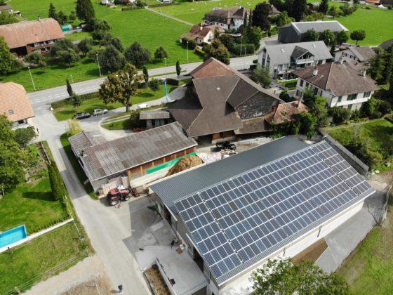 Luftbild der Solaranlage auf der Polohalle in Wichtrach