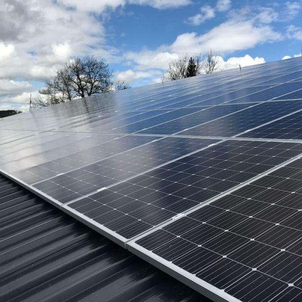 Solarpanels auf einem Schweizer Dach