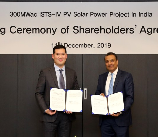 Mr Huh Yun Hong, President and head of new business division of GS E&C and Mr. Sumant Sinha, Chairman and Managing Director, ReNew Power at the signing ceremony