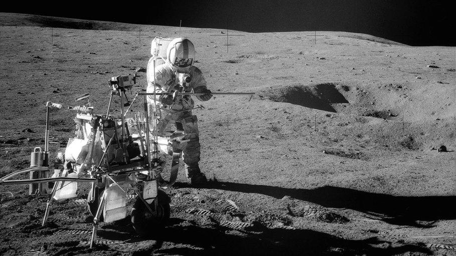 Apollo 14 Astronot Alan B. Shepard Jr., Şubat 1971'de ay yüzeyine ekipman monte ediyor. Kredi: NASA Tam Resim ve Resim Yazısı ›