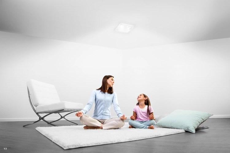 Madre y hija disfrutan luz natural