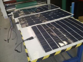 Flexible Solarmodule am Prüfstand nach der Reinigung