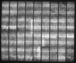 Elektrolumineszenz-Aufnahme des leicht belasteten flexiblen polykristallinen Solarmoduls