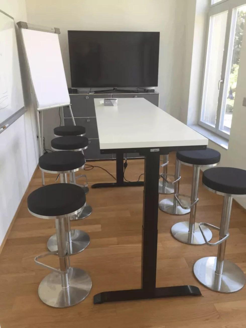 Ergon Master Tischgestell elektrisch höhenverstellbar im Meetingzimmer