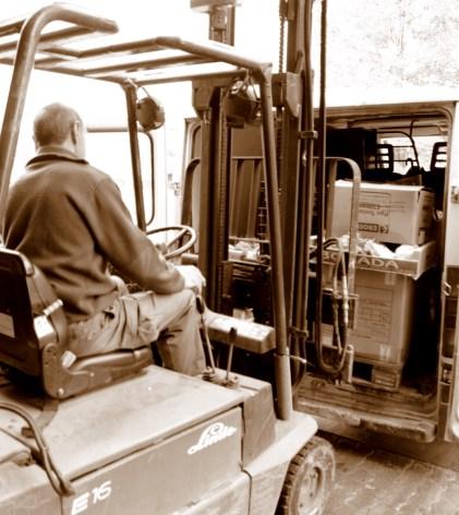 Un voluntario carga cajas de alimentos en una furgoneta procedente de una asociación. MARTA LASA