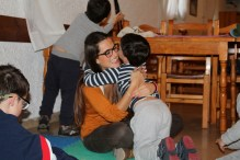 Uno de los peques abraza con mucho cariño a una de las voluntarias de la terapia. Entre los niños y los perros se crea una relación muy especial. Son amigos. Esto hace que se abran cada vez más al mundo. PAULA PARCHA