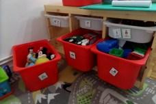 Estos son los juguetes que utilizan los niños en la Asociación. Cada caja está señalada con un pictograma que indica qué pueden encontrar los niños dentro. Es la única manera que tienen ellos de entenderlo. PAULA PARCHA