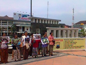 ibu-ibu petani rembang demo di polda