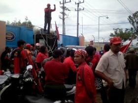Banyak Pelanggaran, Buruh PT Karung Emas Protes