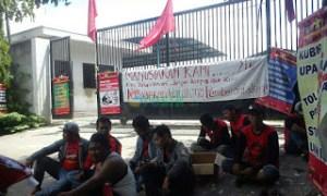 8 Buruh di PHK, Buruh Pabrik Cangkul Mogok Kerja