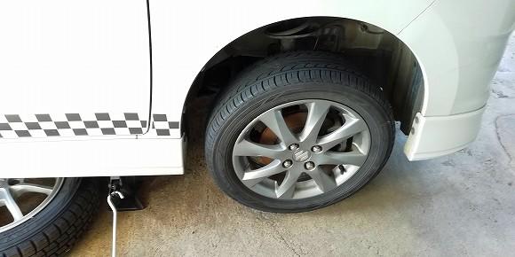 ノーマルタイヤを取り付けて、ボルトで固定します。