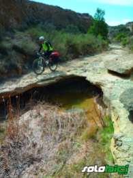 Una huella labrada por motos nos mostró la entrada al barranco de Los Galachos, que esconde una emocionante senda trialera de 2,5 km.