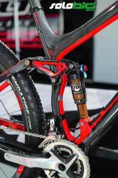El cuadro de la Edict Nine está fabricado en carbono, tanto el triángulo delantero como el basculante. En cambio, la bieleta es de aluminio forjado 7075. La peculiar forma del tubo de sillín permite albergar correctamente la rueda trasera y conseguir una perfecta geometría