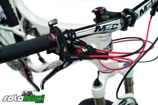 La posibilidad de bloquear la suspensión delantera y controlar la posición del amortiguador desde el manillar es perfecta, aunque la cantidad de cables afea algo la bici.