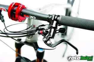 Frenos Formula RX, potentes y algo bruscos. Fíjate en el detalle de la abrazadera excéntrica de la potencia, permite 85/100/115 mm de longitud.