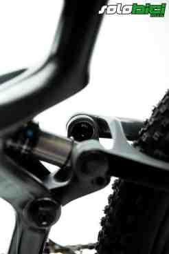 El tornillo de apriete de los rodamientos de la suspensión se encuentran en la parte interna, lo que da una imagen externa muy limpia