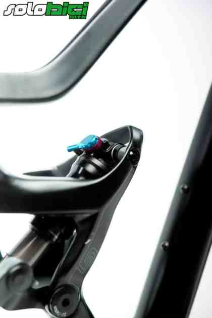 El tubo de sillín queda interrumpido por un 'puntiagudo' diseño que alberga el amortiguador y que en parte confiere a la Lapierre XR esa agresiva imagen