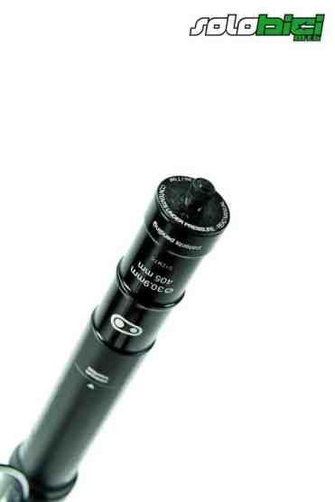 La válvula de aire para darle presión está justo en la parte inferior de la tija.