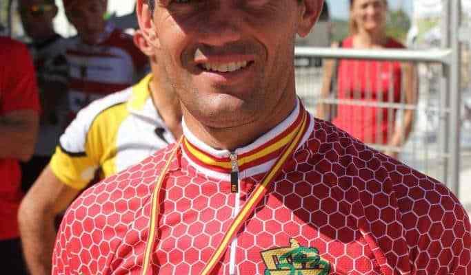 Juan Pedro Trujillo, muestra con orgullo el oro en el nacional BTT maratón