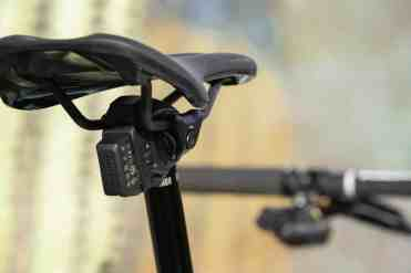 Detalle de la batería desmontable que se ubica en la parte posterior de la cabeza de la tija.
