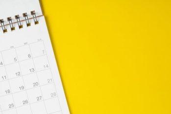 Un beau calendrier sur une table jaune