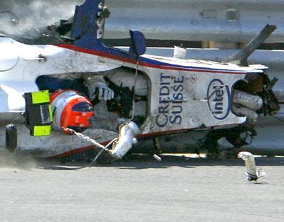 Kubica tras el accidente, el monoplaza ha quedado destruido, pero la célula de seguridad le salva lavida