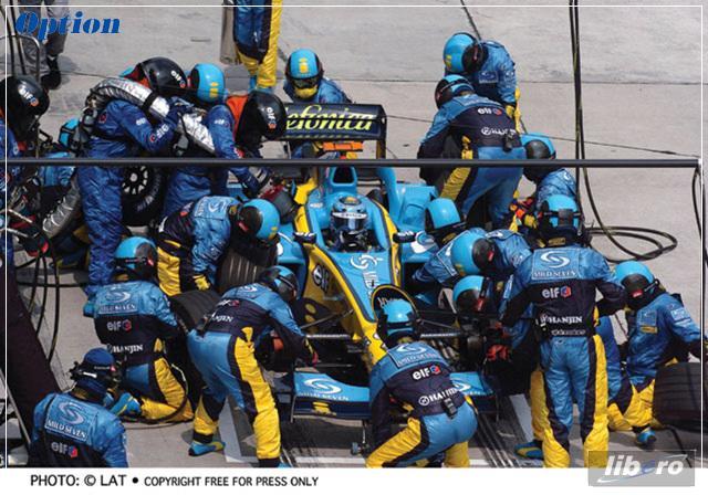 Mecanicos de Renault se esfuerzan para tardar el menro tiempoposible