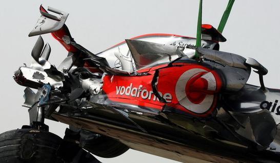La grúa retira el monoplaza de Hamilton tras el accidente enBahrein