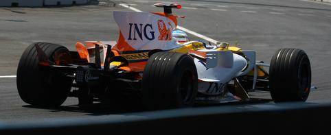 Alonso terminó sin alerón y con la caja de cambios y la suspensión dañados
