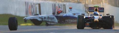 Veetel continúa mientras al fondo Kubica ha estrellado su coche