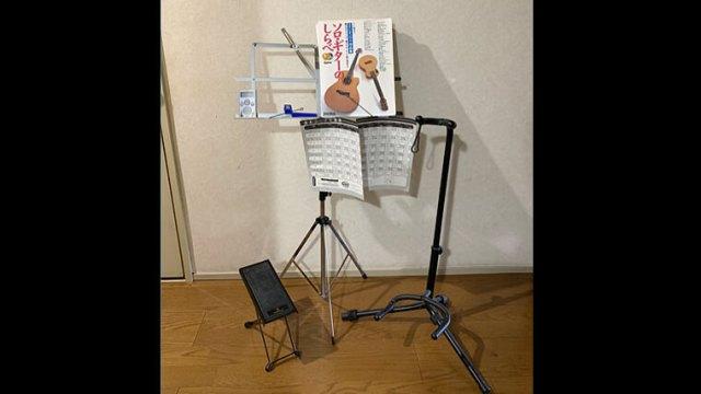 譜面台とギタースタンドと足置きの画像