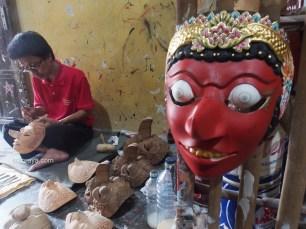 OTODIDAK: Narimo, 54, sudah lebih dari 30 tahun menekuni kerajinan topeng panji. Topeng karyanya banyak dipesan oleh para turis asing, kolektor seni, dan seniman tari. Narimo belajar membuat topeng secara otodidak. (Ganug Nugroho Adi)