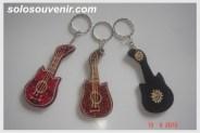 Souvenir Pernikahan Gantungan Kunci batik lukis gitar
