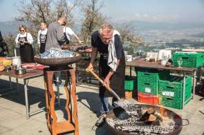 Urban Schiess beim Kohle nach-schütten - Bildquelle Miriam Ritler