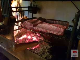 Ganzes Luzerner Schweinskarree auf dem Grill gegart