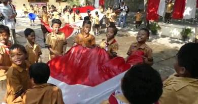 siswa sd cuci bendera