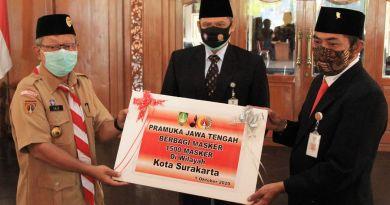 Pramuka Serahkan 1500 Masker ke Pemkot Surakarta